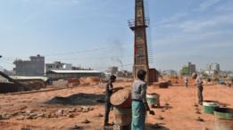 عمال يباشرون أعمالهم في أحد الأفران المعدلة