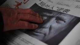 Un periódico chino con la foto de Donald Trump.