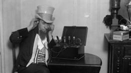 Un hombre vestido como el Tío Sam en 1925.