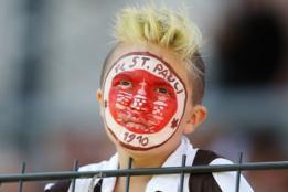 Niño con el escudo del FC St Pauli