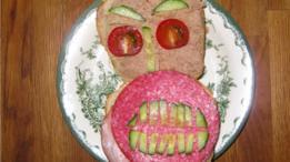 Sandwich con cara de monstruo