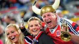 Noruegos celebran durante un partido de fútbol internacional en febrero 11, 2009 en Duesseldorf, Alemania.