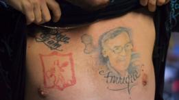 Juan José Herrera muestra el tatuaje del rostro de Ismael Enrique Arciniegas.