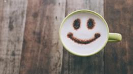 Sonrisa dibujada en un café