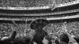 Pele celebra el título de México 70 en el Estadio Azteca.