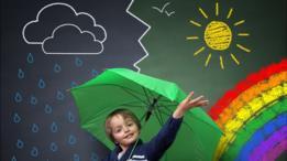 Niño con lluvia y sol detrás