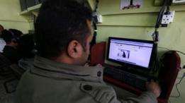 Un hombre en Yemen lee el 30 de enero de 2017 un artículo en internet sobre el operativo de EE.UU. en su país.