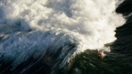 Surfista hombre en el torneo por invitación de Mavricks