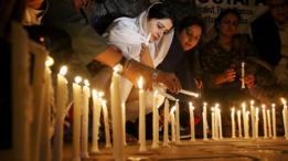 Velas en homenaje a las víctimas del ataque en el santuario Lal Shahbaz Qalandar, en Pakistán.