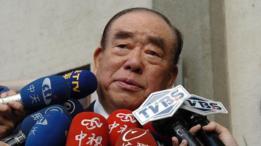 El ex primer ministro Hau Pei-tsun habla con la prensa en Taipei el 16 de diciembre de 2004