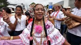 Mujer con el traje típico de Panamá