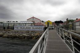 Cartel que da la bienvenida a las Malvinas/Falklands en Puerto Argentino/Stanley, el puerto principal y capital de las islas.