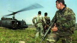 Miembros de las fuerzas especiales del ejército colombiano observan un helicóptero en Medellín en 1993