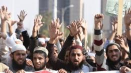 متظاهرون يطالبون بالتصدي للتجديف على شبكات التواصل الاجتماعي