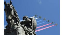 Cazas Su-25 dejan estelas con los colores de la bandera rusa ante una estatua del príncipe ruso Yuri Dolgoruky durante los ensayos del desfile del Día de la Victoria.