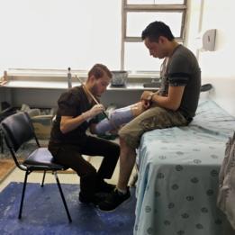 Experto fabrica una prótesis a un soldado que perdió la pierna derecha