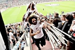 hombre con banderas hincha del FC St Pauli.