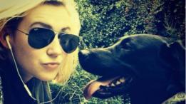 Molly con su perro guía Unis
