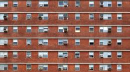 Edificio con aire acondicionado en cada ventana.