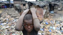 niño en medio de una villa miseria