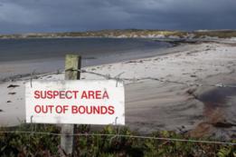 Cerca con cartel que advierte del peligro por las minas en Bahía Yorke, Malvinas/Falklands.