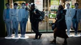 Limanol Adams, estudiante de la escuela de K-pop, posa junto a figuras de cartón de sus ídolos, la banda juvenil EXO.