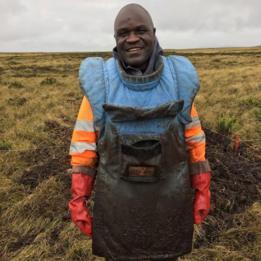 El zimbabuense experto en desminado Farai Beghede en Malvinas/Falklands.