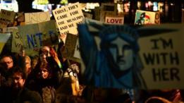 متظاهرون يحملون لافتات في ادنبره