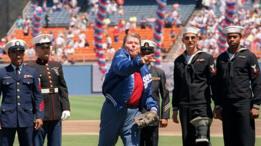 Ronald Reagan lanzando la primeras pelota de la temporada de beisbol de 1991 en el estadio Dodger en Los Ángeles, acompañado por un grupo de veteranos de la Operación Tormenta del Desierto.