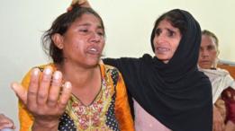 باكستانية تحاول مواساة وتهدئة إحدى امرأة فقدت أقارب لها في الحادث