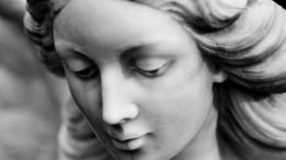El rostro de una estatua de una mujer que llora