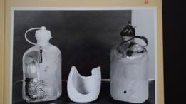 Foto de las dos botellas encontradas cerca del cuerpo.