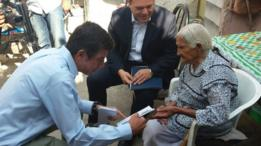 El titular de la Sedis entrega un cheque a María Félix Nava