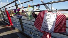 Ganchos de ropa colgados en el puente del Milenio en Londres