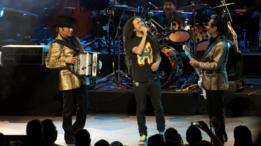 Jorge Hernández de Los Tigres del Norte, Ruben Albarrán de Cafe Tacvba y Hernán Hernández de Los Tigres del Norte tocando en vivo.