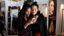 La modelo transgénero Anjali Lama (derecha) junto a una amiga durante la semana de la moda de Lakma, en India.