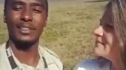 Guía turístico tanzano y turista hablando frente a la cámara