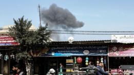 سحب الدخان تنبعث من موقع تعرض للقصف الإسرائيلي