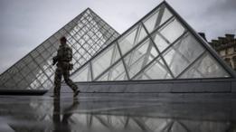 أحد أفراد الشرطة قرب متحف اللوفر في باريس