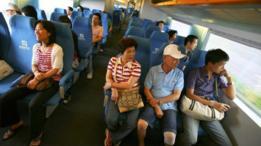 Personas dentro de uno de los vagones del tren