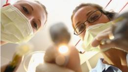 طبيبتان أسنان تمارسان عملهما