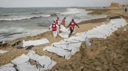 نشر الهلال الأحمر صورا على حسابه على موقع التواصل الاجتماعي تويتر تظهر وضع العشرات من أكياس حفظ الجثث على الشاطئ