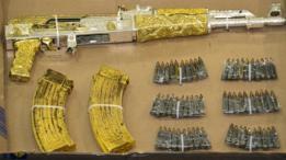 Rifle AK-47 bañado en oro