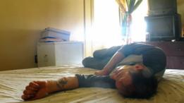 Graham tumbado en una cama