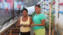 Miriam Lagarez (izq.) y Yasiris Pérez (der.) muestran algunos frutos de la huerta de San Diego.