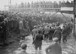 Febrero de 1928: son muchos los que juegan y otros tantos los que ven. Pese a las temperaturas del invierno británico los participantes entran en el río Henmore.