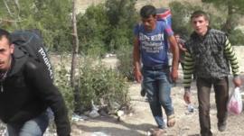 Syrians head towards Turkish border