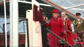 Queen unveils plaque at Cutty Sark
