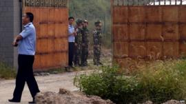 Chinese guards prepare for Wang Xiaoning's release