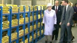 Queen inspects gold in Bank of England's vaults